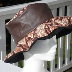 Chapeau de pluie en vinyle noir et imprimé marron doublé d'un coton noir femme