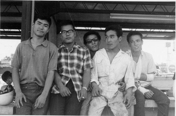 1960年代のひとこま二輪四輪通して、今のモータースポーツの基礎を作った方たちです。ー 一緒にいる人: 鮒子田寛、山下護祐、和田将宏、永松邦臣、高武富久美場所: 鈴鹿サーキット・パドック
