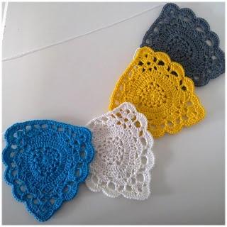 Chique driehoeken. Leuk voor aan een slinger (Gratis haakpatroon)! Directe link; https://docs.google.com/file/d/0B53Qt4tPM1ouM1llMUU3elp6YUE/edit ✤ Het Haak Orakel ✤ www.pinterest.com... ✤ #crochet #free #pattern