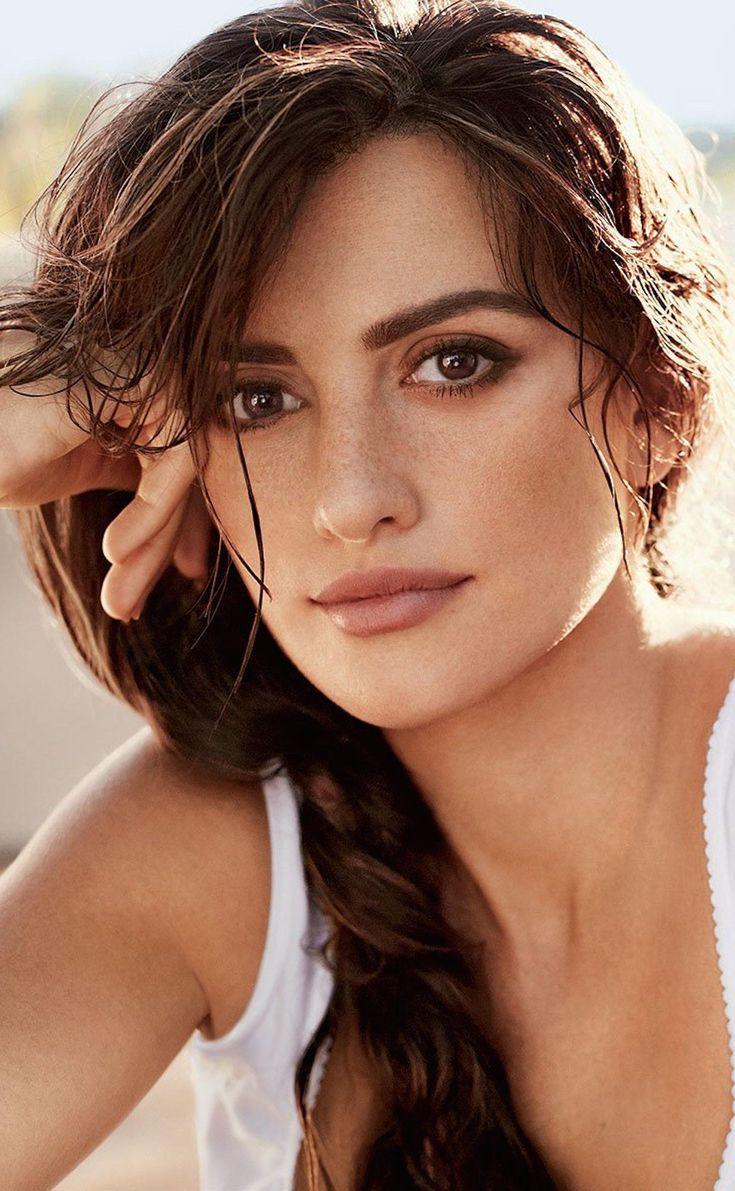 Penélope Cruz goes au natural with full brows, a natural lip and summer freckles
