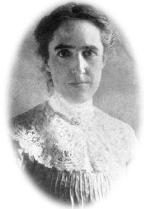 Henrietta Swan Leavitt (1968-1921)fue una astrónoma estadounidense. Leavitt estudió las estrellas variables Cefeidas, cuyo brillo varía a periodos regulares, en el Observatorio del Harvard College. Descubrió y catalogó estrellas variables en las Nubes de Magallanes, lo que le permitió descubrir en 1912 que las Cefeidas de mayor luminosidad intrínseca tenían largos periodos, mostrando una relación entre ambos.