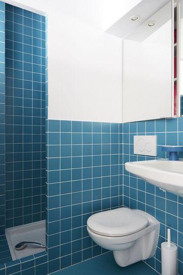 Une salle de bains au carrelage bleu saisissant - Un studio de 17m2 pour tout caser - CôtéMaison.fr