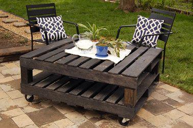 table de jardin faite avec palette en bois. Deux palettes montées sur roulettes