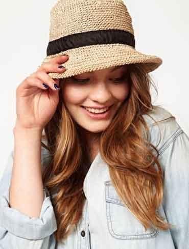 www.elle.be :Of je nu voor een bescheiden strooien hoedje, een kunstig geknoopte sjaal of iéts opvallender haaraccessoire gaat: de zomer is dé periode bij uitstek om met hoedjes, sjaaltjes, bandana's, tulbanden en head pieces te spelen. De webshop Asos biedt verschillende hoedjes aan, de Belgische Athena verwent haarfreaks met schitterende haaraccessoires en Youtube tulkt van de tutorials waarmee je zelfs een sjaaltje tot een hoofddeksel omtovert. Wij zetten een aantal leuke vondsten ...