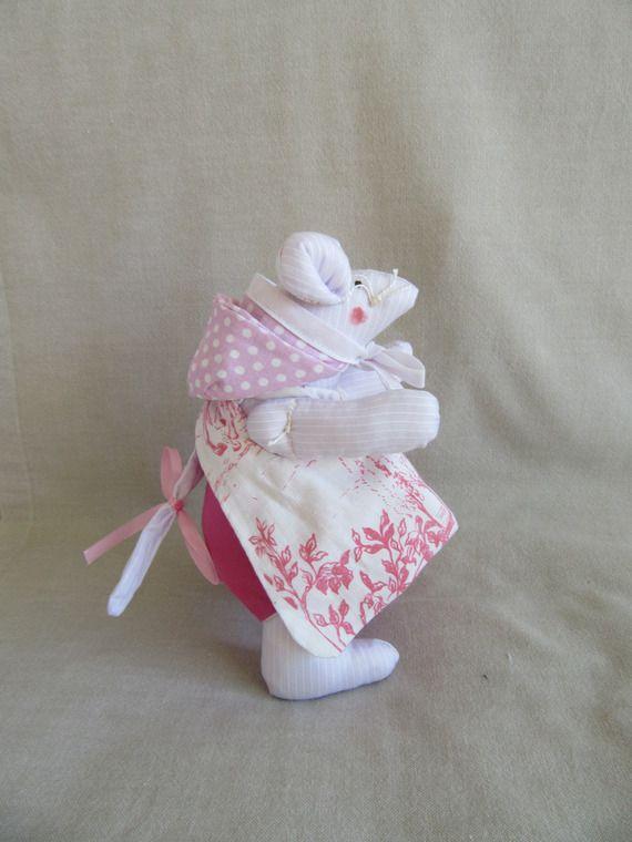 Doudou souris en coton rose , mauve et blanc avec ses vêtements assortis ( tablier , couche culotte , capuchon , bavoir