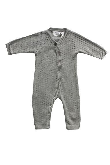 Tutina in maglia Vajk Grigio Melange - Green Cotton. Confezionata con cotone da agricoltura biologica al 100% certificato GOTS. La tutina si apre completamente per essere indossata.