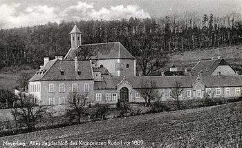 """Fotografía del pabellón de caza imperial en Mayerling, 1889 (la leyenda dice: """"Mayerling, Altes Jagdschloß des Kronprinzen Rudolf vor 1889"""", en Español: Mayerling, el antiguo pabellón de caza del príncipe heredero Rodolfo antes de 1889)."""