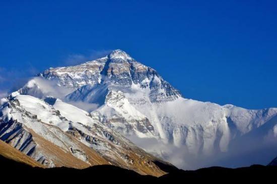 Mont Everest - Himalaya Osho La dimension intérieure agit comme un projecteur : les autres deviennent des écrans et vous commencez à voir des films sur eux, qui en fait sont seulement la pellicule enregistrée de ce que vous êtes. La dimensione interiore opera come un proiettore : gli altri diventano schermi e tu inizi a vedere dei film su di loro, che di fatto sono solo i nastri registrati di ciò che tu sei.