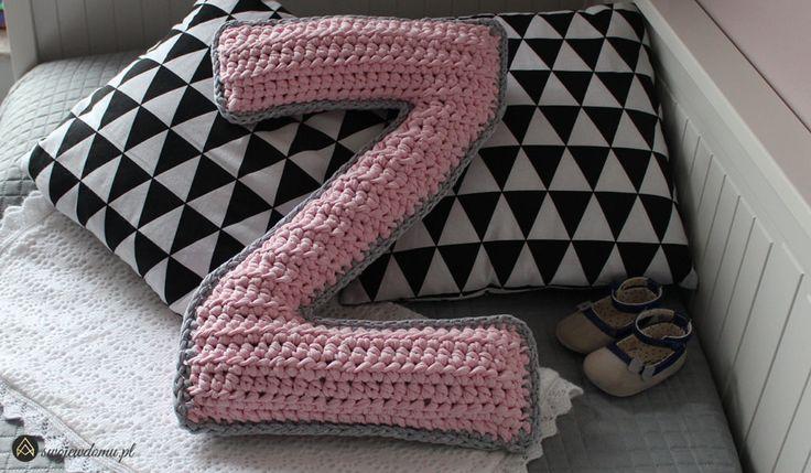 Poduszka w kształcie litery na szydełku