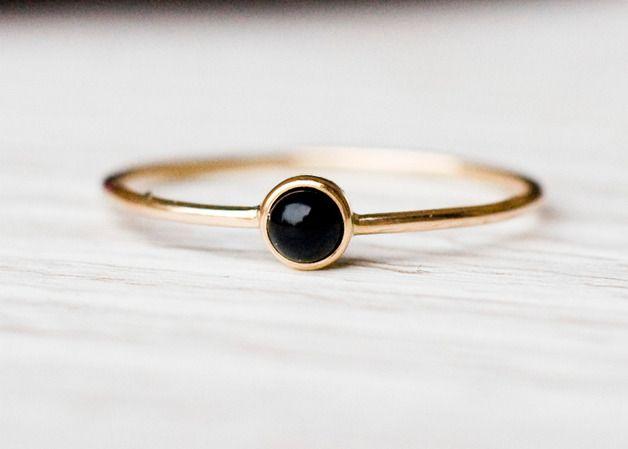 Zierlicher Goldring mit schwarzem Onyx-Stein / small golden ring with black onyx by Arpelc via DaWanda.com