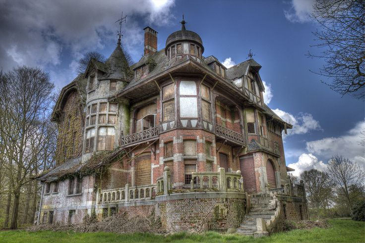 This beauty was once the home of a German couple who fled to Belgium to escape WW2. When the war was over, they returned to Germany, abandoning this mansion to become what it is today. Such a waste!