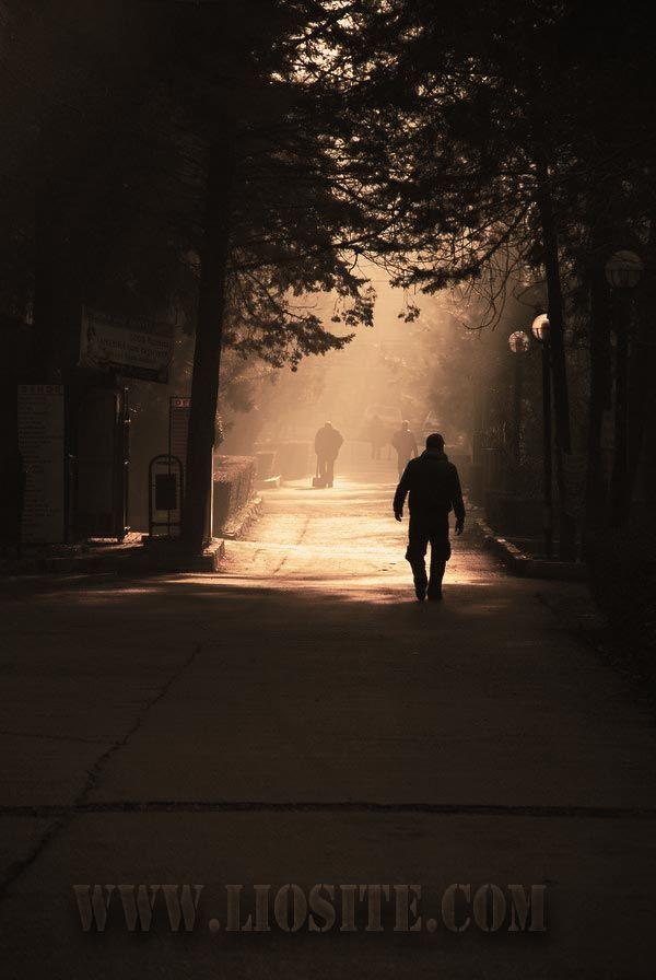 """Fernando Pessoa - All'improvviso sono solo al mondo.  """"La gente passa senza sfiorarmi. Ho solo l'aria intorno a me.""""  Che parole leggere per descrivere il sentirsi soli ≥︺‿︺≤  #FernandoPessoa, #inquietudine, #solitudine, #liosite, #citazioniItaliane, #frasibelle, #ItalianQuotes, #Sensodellavita, #perledisaggezza, #perledacondividere,"""