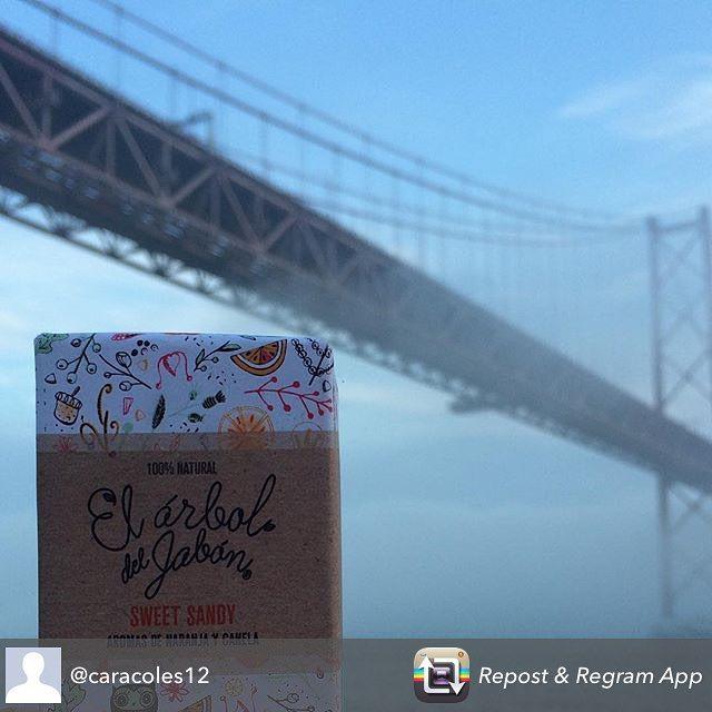 Nos encanta esta foto de @caracoles12 Gracias por llevar un trocito de #elarboldeljabon en tus momentos bonitos!!  Love it!  #cosmeticanatural  #naturalcosmetic #bridge #bankholiday #sunday #travel #jabonnatural #jabonesartesanales #handmadesoap #naranja #orange #canela #cinnamon #vegetarian #vegetarianos  #cosasbonitas #jabonesviajeros #travellerssoaps #antesmuertaquesencilla #tiendaonline #onlineshop #handmadeinspain #hechoenespaña #conmimo #lisboa #portugal