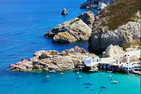 Milos Une douzaine de minuscules ports de pêche s'égrènent autour de la côte enchantée de Milos.