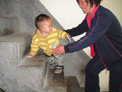 El pequeño Lucas tiene a su madre de acogida todo el día correteando detrás suyo! Se escapó para intentar birlar una galleta pero ella lo cogió infraganti! Vaya bichillo está hecho!