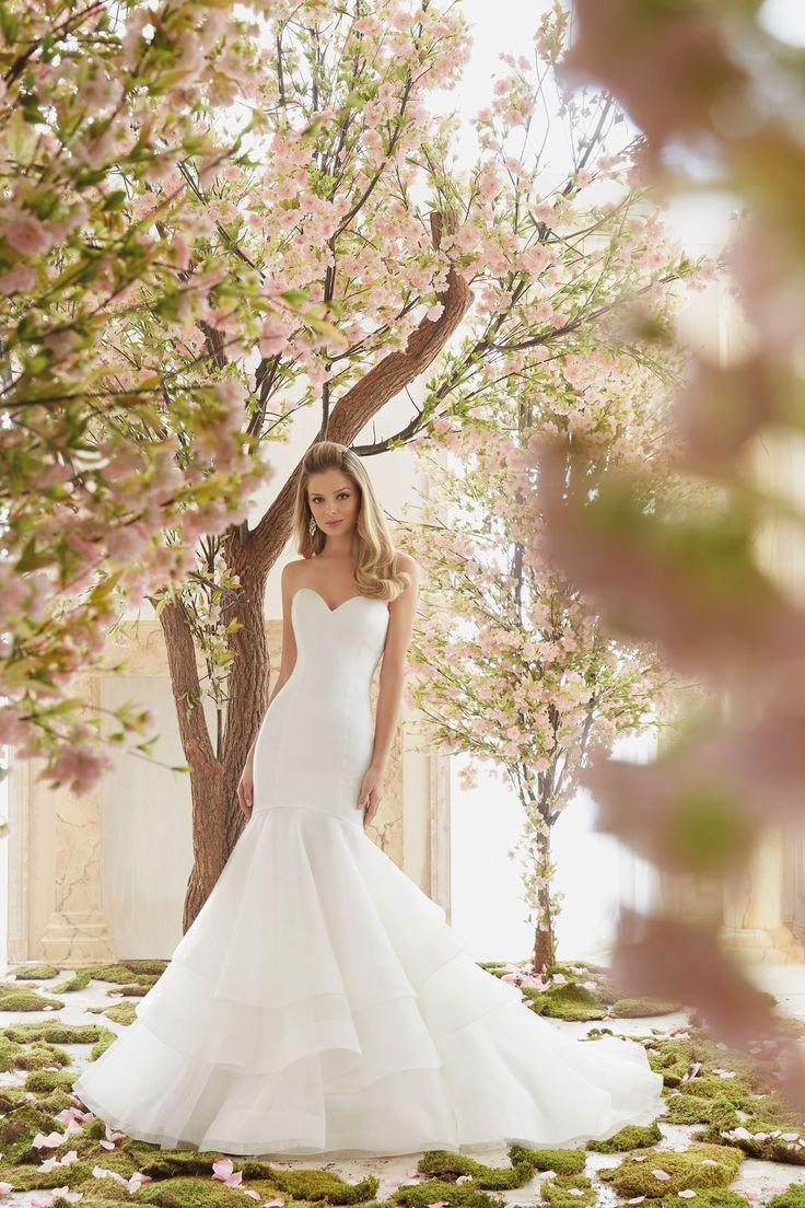 Nietuzinkowe połączenie satyny i falban sukni ślubnej Mori Lee. Piękna suknia o kroju rybki, dekoltem w kształcie serca. Warstwowa, spódnica …