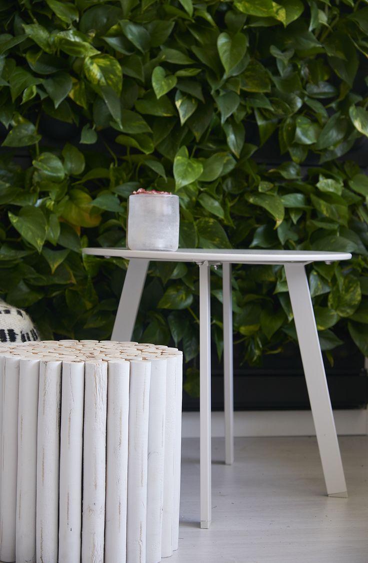 Kwantum - De eenvoudige strak witte bijzettafel 'Bacoli' past vrijwel in elk interieur. Je kunt het tafeltje gebruiken ter decoratie, als bijzettafel of zelfs als nachtkastje. Wanneer je meerdere soorten en stijlen bijzettafeltjes met elkaar combineert, staat dat bovendien erg leuk in je zithoek. Voor een klein prijsje vind je bij Kwantum al heel veel gezellige bijzettafels voor bij jou thuis.