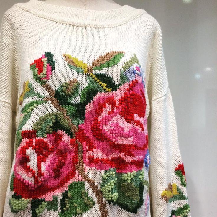 Мне давно нравится оригинальная вязаная одежда, поэтому моё внимание привлёк этот интересный джемпер, в котором даже в самый пасмурный день у вас будет прекрасное цветочное настроение.🌹Яркий рисунок свитера позволит вам всегда быть в центре внимания, а весь образ будет наполнен женственностью и романтичностью. 👸🏼🌸Кстати, такой свитер от ViKiS есть у нас в наличии, стоимость 12000₽, в составе шерсть меринос. Доставку осуществляем по всему миру! 🌎🛩 #russian #russianlooklm #дизайнеродежды…