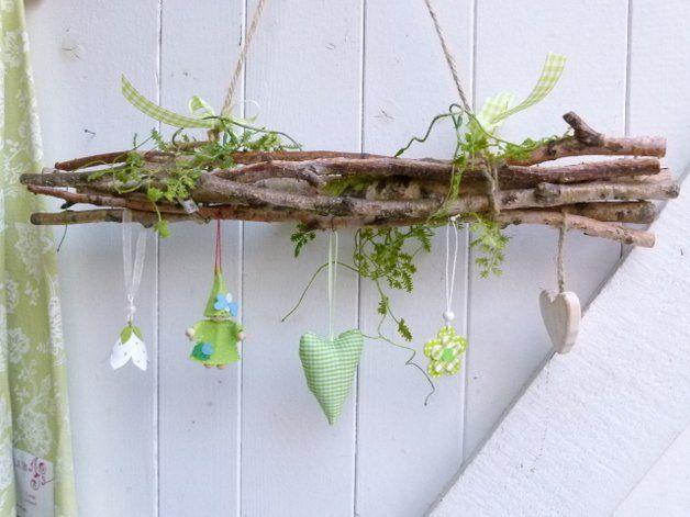 Fensterdeko Birke Frühling. Eine frühlingsfrische Fensterdeko aus echten Birkenzweigen und künstlichem Grün für das Fenster oder die Tür, welche sich zur nächsten Saison auch einfach umdekorieren...