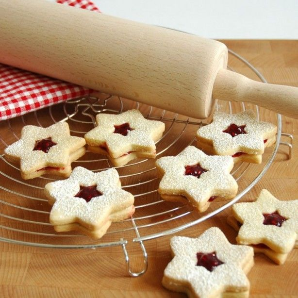 Koekjes in de vorm van een ster.  Ingrediënten - 350g bloem - 250g boter - 120g suiker - 1 zakje vanillesuiker - 2 eieren - eventueel 1 eetlepel cacaopoeder of wat rode confituur  - uitsteekvormpjes voor koekjes - deegrol