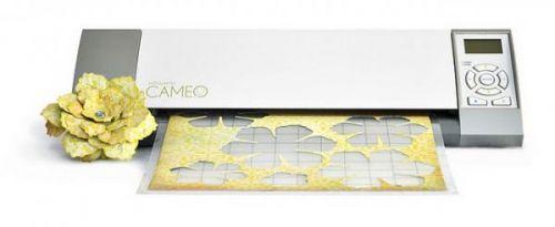 Silhouette CAMEO - digital kuttemaskinSILHOUETTEkan brukes til å lage utklippsbøker, kort, hjem innredning, på klær, skoleprosjekter, glass prosjekter, stensiler etc. SILHOUETTECAMEO maskinen er endelig kommet på markedet. Den har alt rukket å bli veldigpopulært både for kvinner og menn.Det som skiller Silhouette Cameo fra Silhouette SD er at du kan kutte i materialehelt opp til 30,5cm. Dette ...