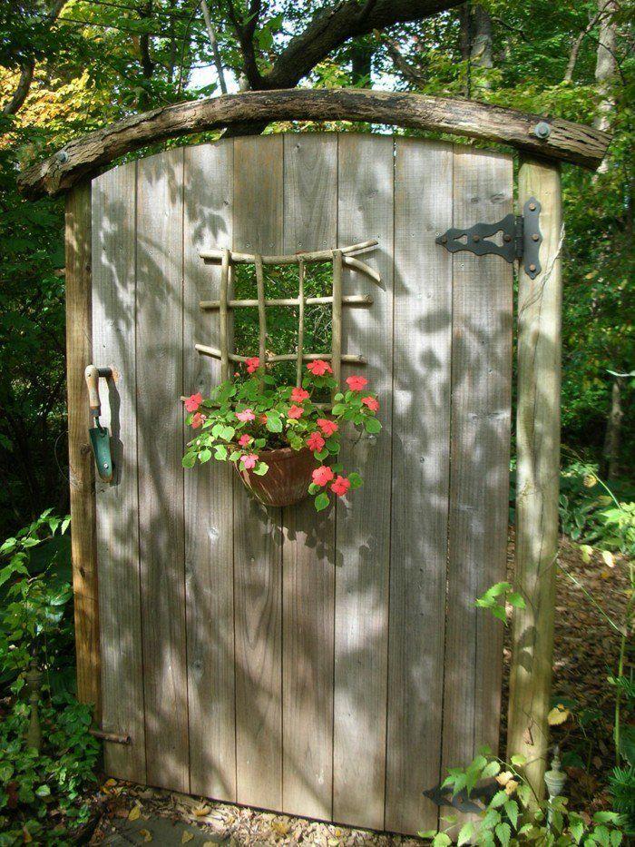 kreative gardenideen gartendeko diy rustikale holztür blumendeko