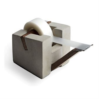 Roher Beton findet sich selten auf einem Schreibtisch wieder. Dieser Klebebandroller der schwedischen Betonkünstlerin Tove Adman überzeugt mit purem Minimalismus.