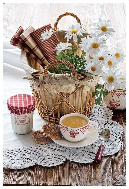 Enchanté/ for country look these barn red and beige fabrics for napkins are perfect and I like the different patterns in the rustic basket with daisies.