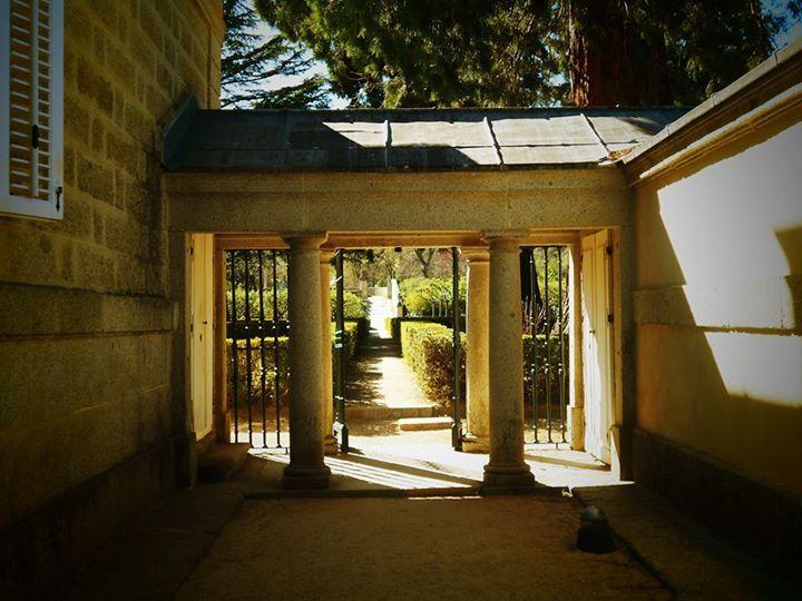 Casita del príncipe. Pasaje porticado entre palacete con columnas toscanas y edificio anexo