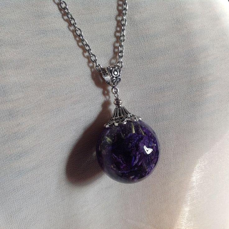 Pendentif bulle de résine avec fleurs de pied d'alouette bleue, monté en sautoir. : Collier par beads-of-bliss-bijoux-en-resine