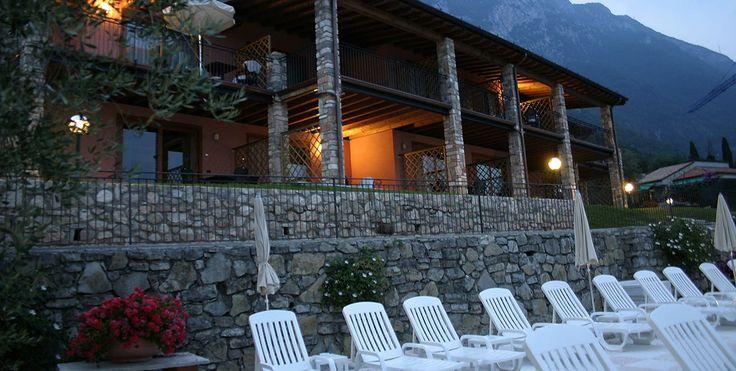 Die Ferienanlage am Gardasee von Borgo dei Limoni liegt nur 100 Meter vom Badestrand entfernt und verfuegen Terrasse, Schwimmbad, Garten un vieles mehr
