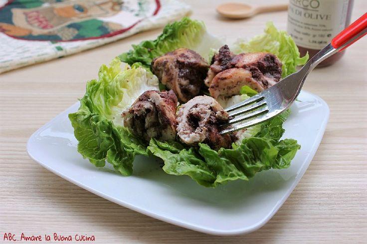Gli involtini di pollo con polpa di olive sono deliziosi involtini di carne farciti con gustosa polpa di olive e scamorza. Perfetti in molte occasioni.