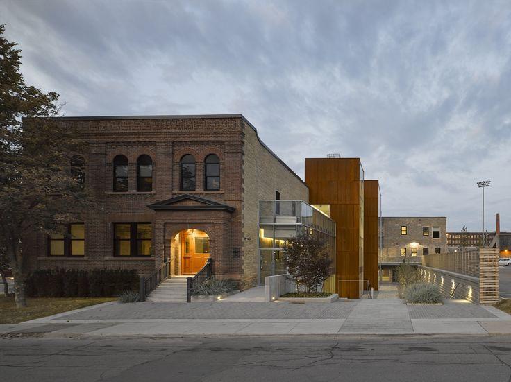 """Construído na 2014 na Toronto, Canadá. Imagens do Bob Gundu, Ben Rahn, A-Frame. """"Quando começamos a trabalhar no 60 Atlantic Avenue, percebemos quão essencial este edifício central é para o sucesso do bairro de uso misto que está..."""