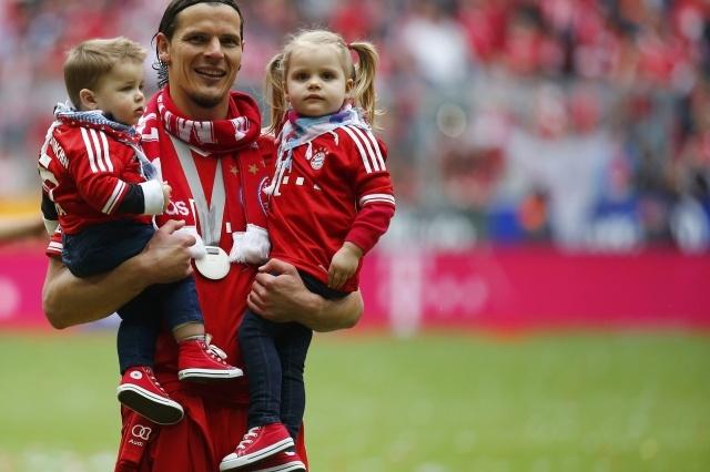 Van Buyten and his adorable babies <3