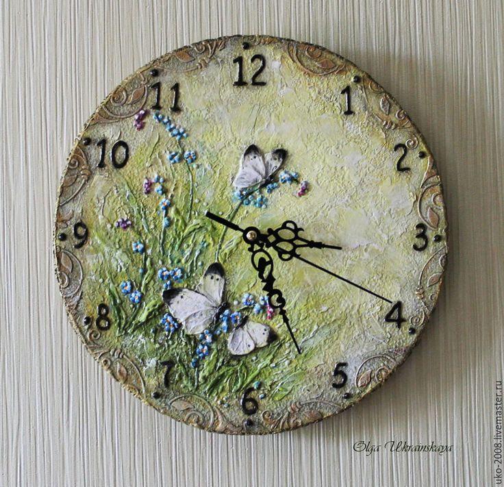 """Купить Часы """"Летний лужок"""" объемные - салатовый, зеленый желтый, бабочки, насекомые, капустница, незабудки"""