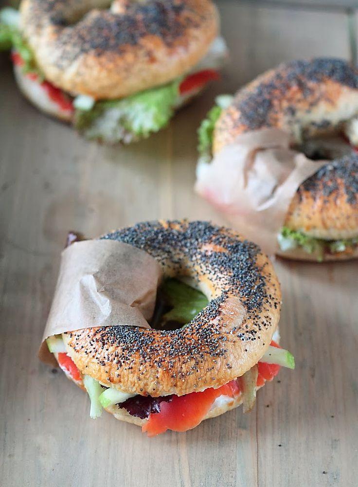 ~ Le bagel garni (chèvre frais, saumon fumé, pomme, salade) ~