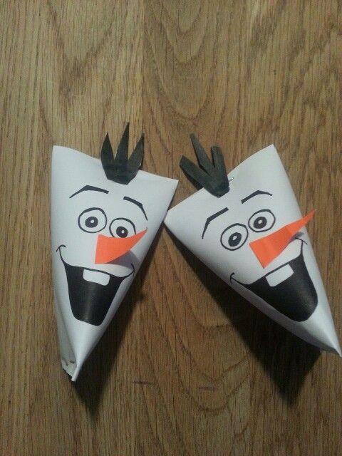 Traktatie van Olaf uit de film Frozen. Gemaakt van wc rolletjes.