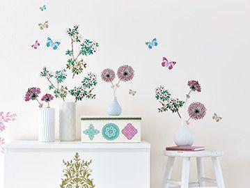 Stickerul decorativ conține elemente florale și grafice ce pot fi combinate pentru a obține un design unic. Stickerele în formă de floare, fluture, arabescuri și bordurile decorative se aplică individual pe perete sau mobilă. Folosiți stickerele și pentru a personaliza sau crea propriile obiecte decorative: cutii, rame foto etc.