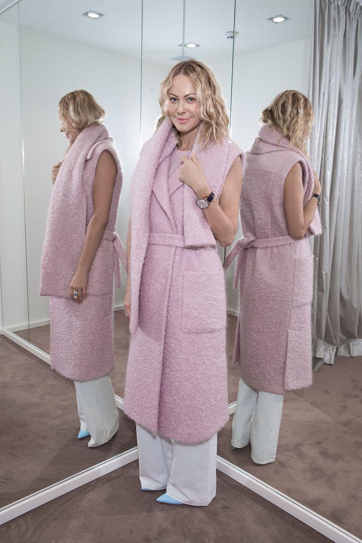 """No 2 от Ольги Аленовой - модель пальто без рукавов из осенне-зимней коллекции Alonova  Ольга Аленова: """"Вы же знаете дизайнеры зачастую делают то, что хотели бы надеть сами. Это пальто без рукавов очень уютное. Ярко смотрится за счет цвета. Ткань у него потрясающая, достаточно теплая, так что его можно надевать когда угодно и куда угодно"""""""