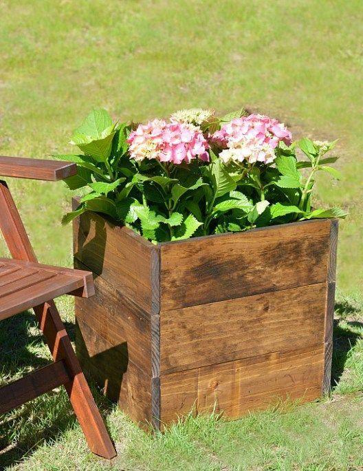 What a simple DIY wood planter box tutorial. Anyon…