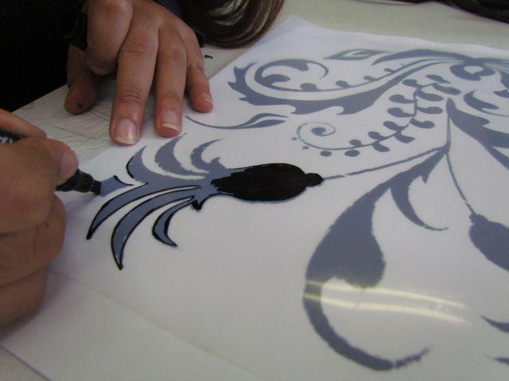 Traspasar diseño a la mica con un plumón negro permanente, cuidando que todo el dibujo que se va a fotograbar esté bien pintado y cubierto con la tinta.