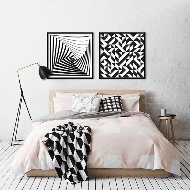 Nós amamos obras geométricas. Olha que puro amor esse quarto com artes da Ana…
