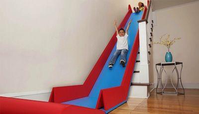 Convierte tu escalera en un tobogán infantil ¿Te animas o ni en broma?