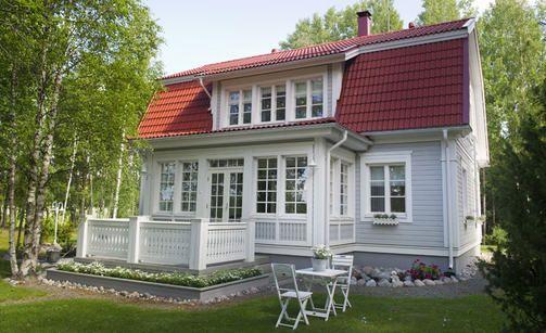 Romanttisessa, 165-neliöisessä nurmijärveläistalossa on idyllinen mansardikatto ja pylväiden koristama sisäänkäynti.
