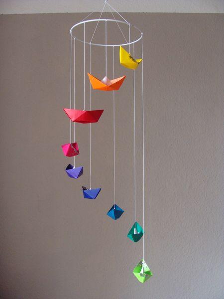 Ein echter Blickfang für jeden Raum! Mobile im Glitterlook mit 9 Booten in leuchtenden Farben, nach Origami gefaltet.  Jedes Boot ist an unterschiedli