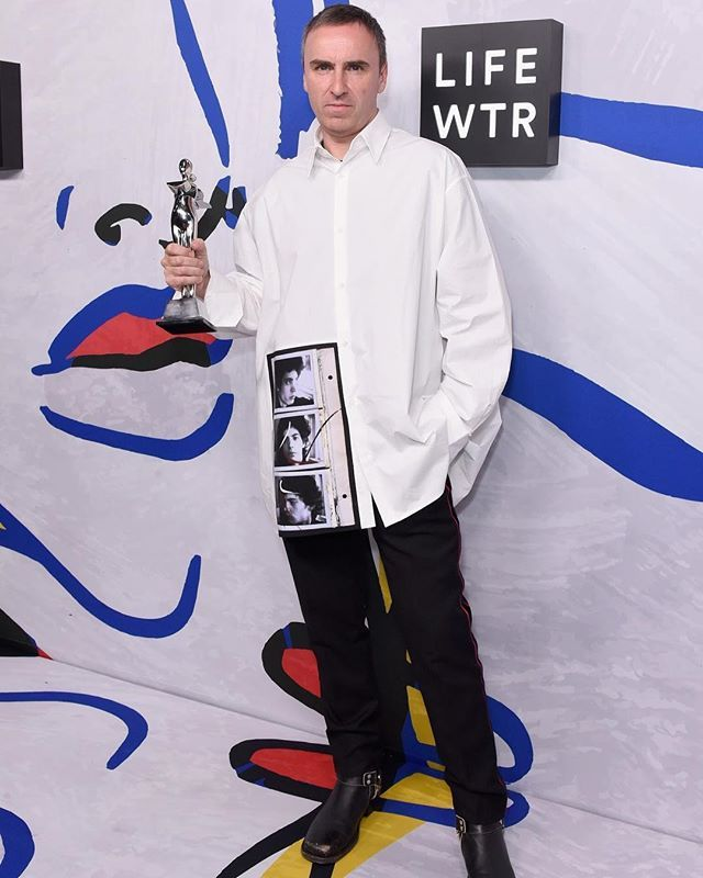 @rafsimons Director Creativo de @calvinklein recibió el premio a Diseñador de Womenswear y Menswear del Año ayer en la edición 2017 de los #cfdaawards. #ElleMx  via ELLE MEXICO MAGAZINE OFFICIAL INSTAGRAM - Fashion Campaigns  Haute Couture  Advertising  Editorial Photography  Magazine Cover Designs  Supermodels  Runway Models