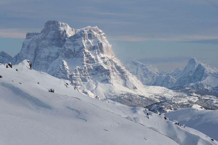 La #neve è una poesia. Una poesia che cade dalle nuvole in fiocchi bianchi e leggeri. (Maxence Fermine) #monte #pelmo, #Dolomiti bellunesi foto di Claudio Scarponi, via flickr #DOLOMITIVALDIZOLDO