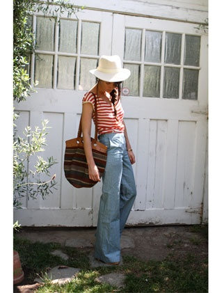 love the sweet 70's look of high-waisted light jeans, a big hat and stripes