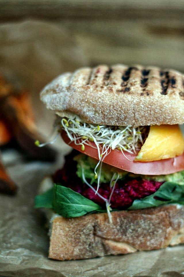 Bietenburger met feta, mango en avocado. Ook erg lekker als de bieten worden vervangen door geraspte wortel! Dan zonder mango en met vers gemalen komijn.
