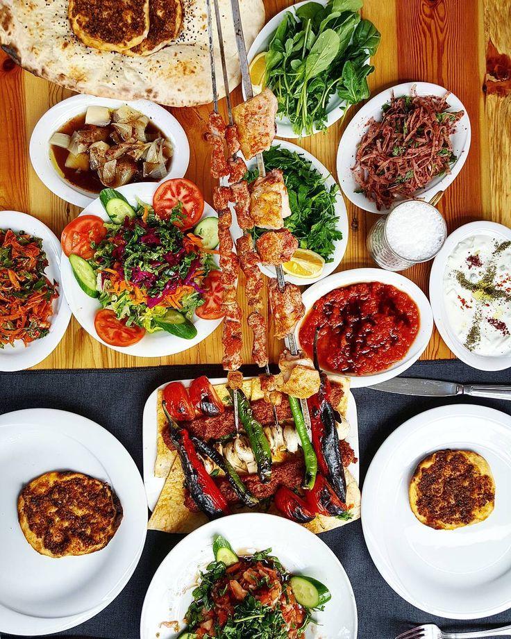 Tam Cafe de Paris soslu antrikot isteyecektim bi gülme geldi ve kendimi Dayının Yerinde buldum  Adana usulü mezeler bardakaltı lahmacun ve  salataların üstüne güzel bir Adana çöp sis ve kaburga.  Üstüne helva ve çay. Bayağı güzel bir öğle yemeği oldu. Özlemişim .  2 kişi 90 tl  #oburcan #dayininyeri #ankara #oburcanankara #kebap #turkishfood #instafood #yum #yummy #hungry #tasty #delicious